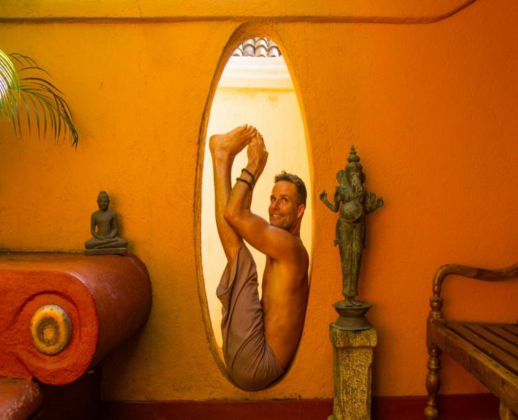 072230Boat-pose-paripurna-navasana-in-Ulpotha-doorway.jpg